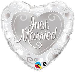 """Bildbeschreibung von """"Just Married Hearts""""."""